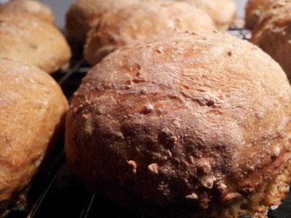 Brød med groft rugmel og fuldkorn