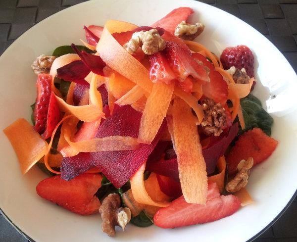 Salat med rødbeder, gulerod, spinat og jordbær