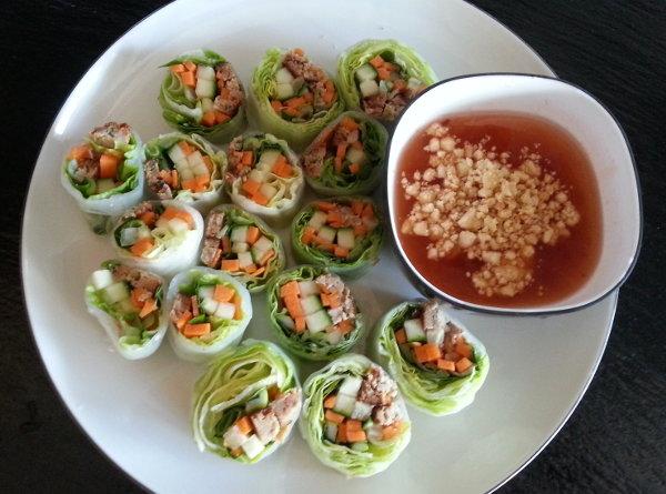 Friske forårsruller af rispapir med grønsager og kød